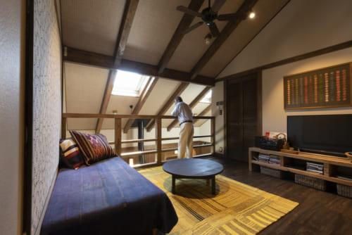 吹き抜けとつながる2階のオープンロフト。2か所の天窓からの日差しが楽しめる。斜め天井には、天然素材を用いた網代風仕上げが施される。広さは約7畳。