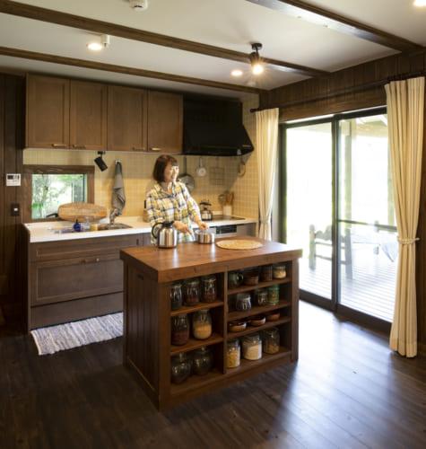 キッチンには収納棚を備えた大型作業台を装備。大きな天板で作業もしやすい。キッチンと広縁は隣同士にあり、行き来もしやすい。