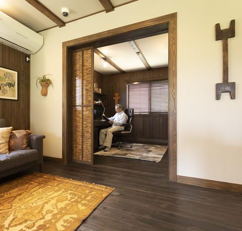 リビングの隣にある個室。簀戸(すど)にすることで、通気性を確保しつつ、柔らかく空間を区分する。音を遮断しないため、生活音が聞こえ、家族の気配を感じることができる。