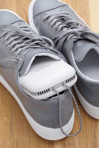 使用は片足ずつになるが、蒸れた靴の脱臭にも使える。パナソニックでは靴専用の脱臭機「MS-DS100」も発売している。
