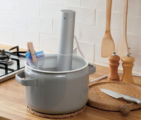 肉料理以外でも魚や野菜、卵、デザートなど300以上の料理ができる。筒形の本器を鍋にセット後はそのまま何もする必要がない。栄養素を逃がしにくく、過度な味 付けも不要。幅53×奥行き103×高さ315mm(鍋に止めるホルダー含む)、1kg。問い合わせ:葉山社中 電話:045・550・4847 購入はオンラインショップ(https://boniq.store/)で。