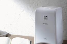 玄関、トイレ、ベッドサイドなど狭い場所にも置けるコンパクトな一台。最初に酸化分解作用により脱臭、さらにオゾンの力で残った臭においを分解し、脱臭成分を放出して部屋全体を脱臭する。10畳タイプ。運転モードは弱、標準、強、急速の4段階。消費電力最大25W。幅174×奥行き178×高さ282mm、2.2kg。問い合わせ:富士通ゼネラル 電話:044・861・7650