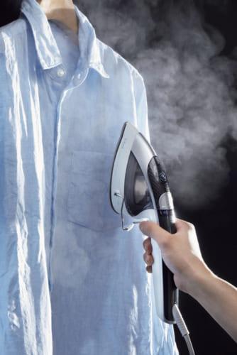 トリガーを引くと蒸気を噴射、繊維の奥まで浸透してシワをほぐす。トリガーを素早く2回引くと3倍パワフルスチームが出る。革や合成皮革には使用不可