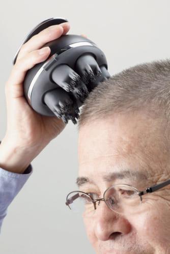 ヘッド用アタッチメント。48本のシリコン製ブラシが密着し、毎分約5万7600回の振動で頭皮を刺激し、毛穴の汚れを揉み出す。