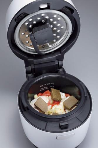 肉と野菜、カレールーを入れるだけでカレーが約70分で完成。内蓋に取り付ける「まぜ技ユニット」が加熱の進行に合わせて自動でかき混ぜてくれる。