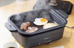 鍋の部分が約46mmと深さがあり、焼くだけではなく蒸し料理などにも対応。操作がしやすい温度調節レバーや、鍋に取っ手をつけることで、鍋を本体から取り外しやすく、掃除も楽にできる。幅387×奥行き249×高さ177mm、4.3kg。問い合わせ:タイガー魔法瓶 0570・011101 購入は家電量販店などで。