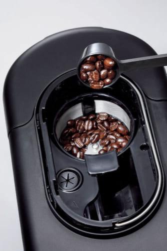 杯数に応じて自動でコーヒー豆を中細挽きに挽いてくれる。コーヒー粉にも対応。少量のお湯を注ぐ蒸らし工程があり、雑味がなく美味しく仕上がる。
