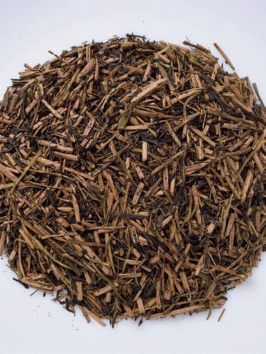 ⬅「かりがねほうじ茶・香悦」缶入り86g 1000円。かりがねとは、茎の部分が入ったお茶のこと。