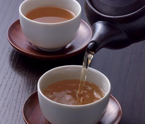 【抽出温度 100度】 「かりがねほうじ茶・香悦」の茶葉10gに対し沸騰させたお湯約210ccを急須に入れ、20~30秒待つ。茶碗に回し入れながら最後まで絞り切り、芳醇な香りとともにいただく。