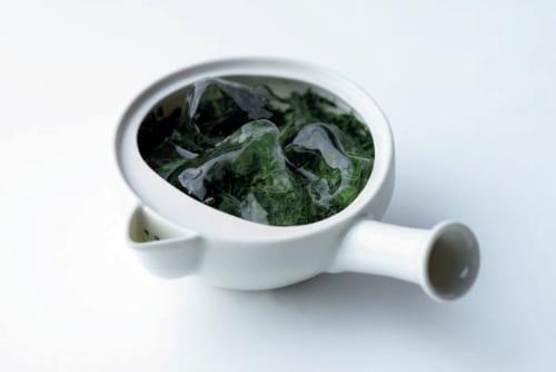 【抽出温度 10度前後】 急須に玉露の茶葉10gを入れ、茶葉の上に氷2~3個をのせて、常温の水200ccを注ぐ。蓋をして15分待てば、旨味成分のアミノ酸が引き出された水出し玉露が完成。