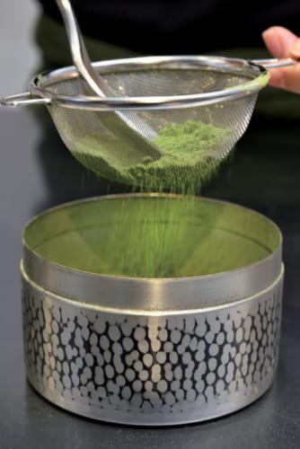 1.茶漉しで抹茶のきめを整える。抹茶に小さじの背面を当てて漉すとダマがつぶれる。