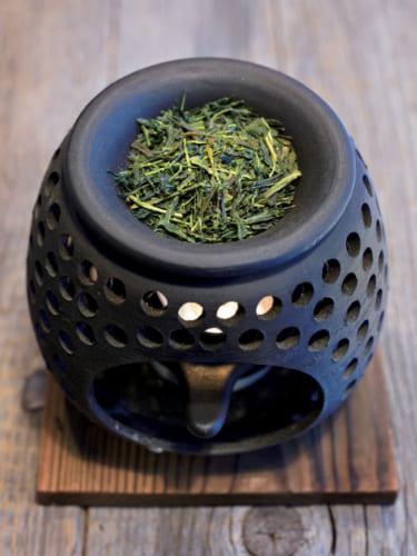 店内に置かれた茶香炉からは心安らぐお茶の香りが満ちる。お茶缶などの包装はデザイナーでもある西形さんの手による。