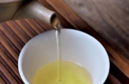 【抽出温度 70~75度】 お湯100㏄弱に対して茶葉3gが基本。茶碗が複数のときは濃度が均一になるように順に注ぎ、ひとつの場合は3~4回に分けて注ぐのがコツ。