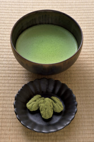 【抽出温度 80度】 深みのある味わいの抹茶「KYOTO UJI」480円、手前は抹茶ペカンナッツショコラを付けたチョコレートセット(別途250円)。この抹茶は20g 2700円で販売。