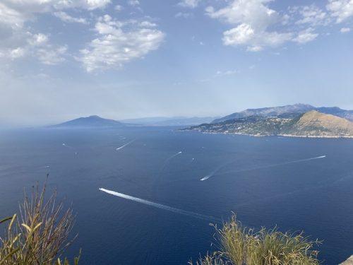 ヴィッラ・ヨーヴィスから見えるヴェスヴィオ火山とソレント半島の風景(上野真弓撮影)