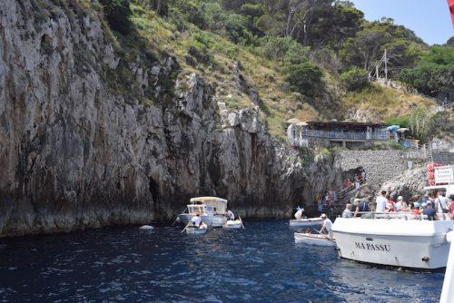 青の洞窟の入江。中央に市営料金所が浮かび、奥には陸路からの小舟乗り場が見える(上野真弓撮影)