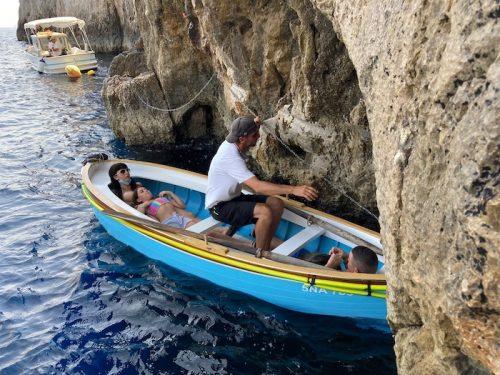 洞窟に入る手漕ぎの小舟(上野真弓撮影)